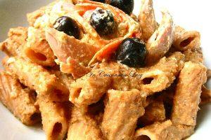 Rigatoni integrali con mousse di pollo e verdure.