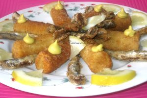 Alici e crocchette di patate al forno.
