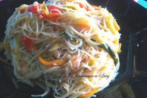 Spaghetti di riso con verdure croccanti.