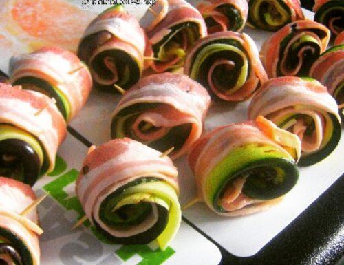 Involtini di verdure grigliate e patate avvolte con il  bacon.