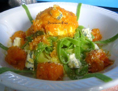 Tagliatelle paglia e fieno con crema di zucca e gorgonzola.