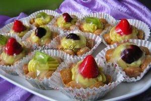 Cestini di frutta e crema pasticcera.