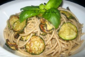 Spaghetti integrali e zucchine fritte.