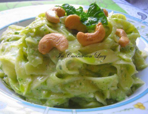 Tagliatelle con pesto di anacardi e zucchine.