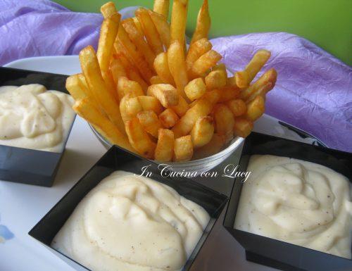 Patatine al forno croccanti con salsa ai formaggi