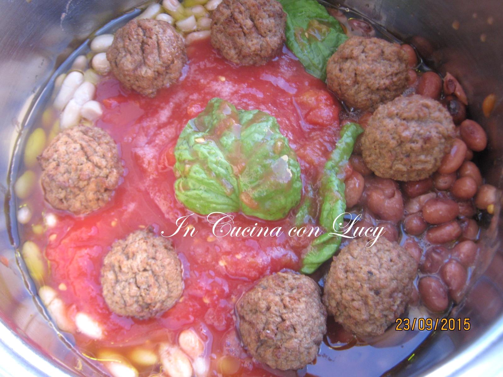 Polpette di soia con verdure miste e fagioli.