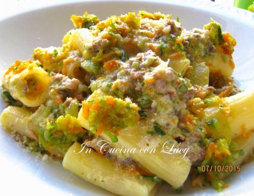 Rigatoni al rugù bianco con macinato e verdure.
