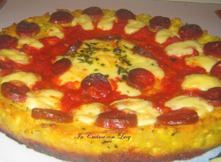 Pizza di patate con salame piccante.
