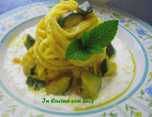 Carbonara di zucchine su crema di feta