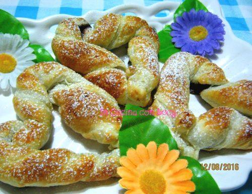 Cuori di pasta sfoglia farciti con crema gianduia