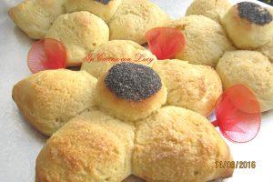 Fiori di pan brioche con semi di papavero