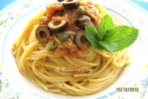 Spaghetti con tonno,olive e capperi