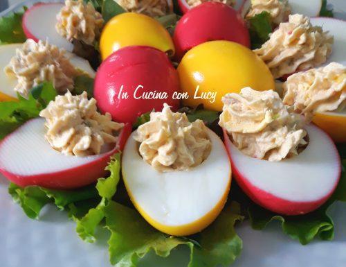 Uova sode colorate e farcite