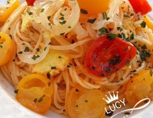 Spaghetti con pomodorini cipolle caramellate e uova strapazzate